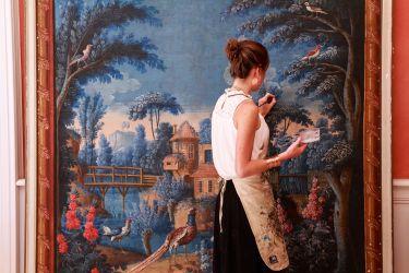 Retouche sur un tableau grand format  restauration de tableaux atelier osanne